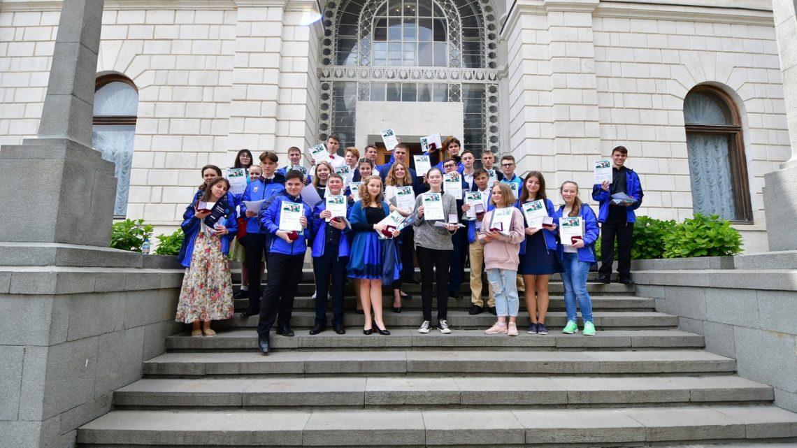 Чтецы из Республики Алтай выступают в «Артеке» на Всероссийском конкурсе чтецов «Живая классика»