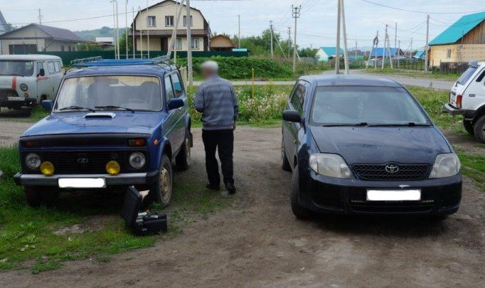 Две девушки в Республике Алтай устроили танцы на крышах чужих автомобилей