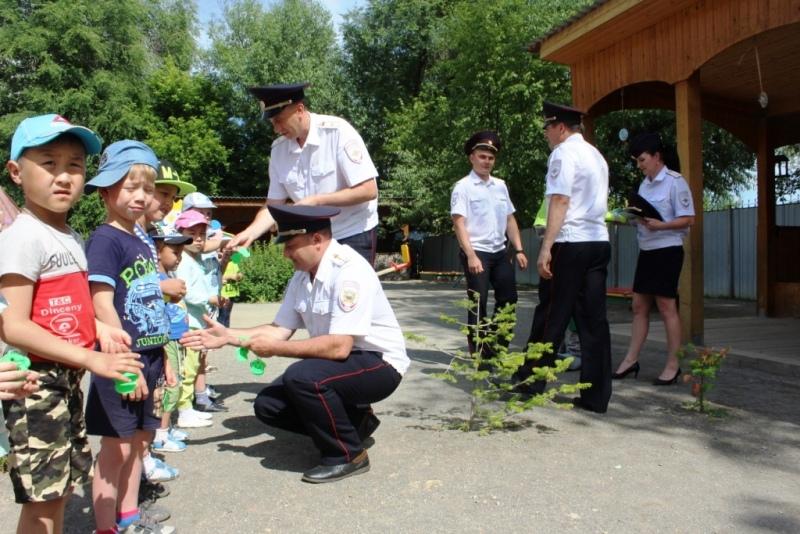 Автоинспекторы в поддержку детской безопасности встретились с воспитанниками детского сада