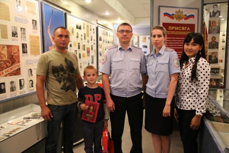 Полицейские откликнулись на просьбу о помощи, опубликованную в социальных сетях многодетной семьи из Горно-Алтайска