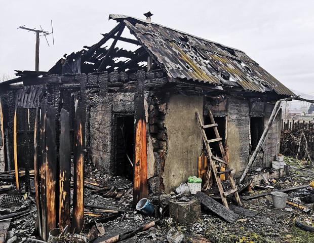 Очевидцы спасли ребенка и пенсионерку из горящего дома