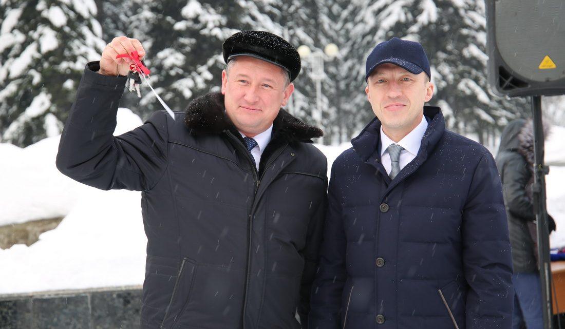 Олег Хорохордин вручил ключи от школьных автобусов и автомобилей «скорой помощи»