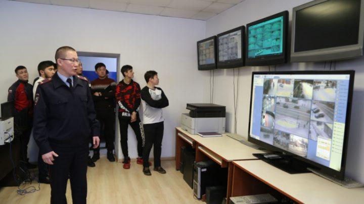 В рамках Всероссийской акции «Студенческий десант» студенты Горно-Алтайска побывали в отделе полиции и прошли стажировку в подразделениях