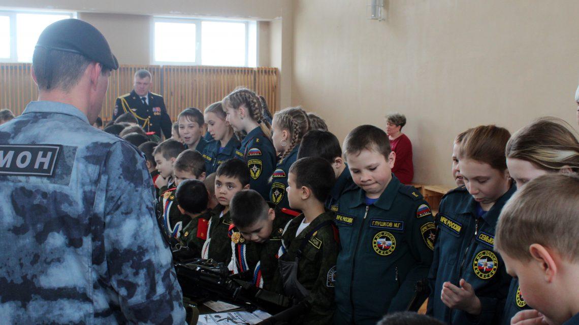 В Республике Алтай Росгвардейцы провели День открытых дверей для школьников региона