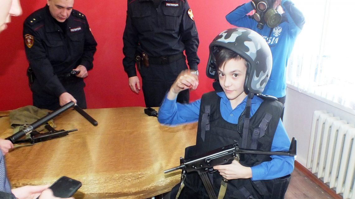 В Республике Алтай сотрудники Росгвардии провели Урок мужества для школьников
