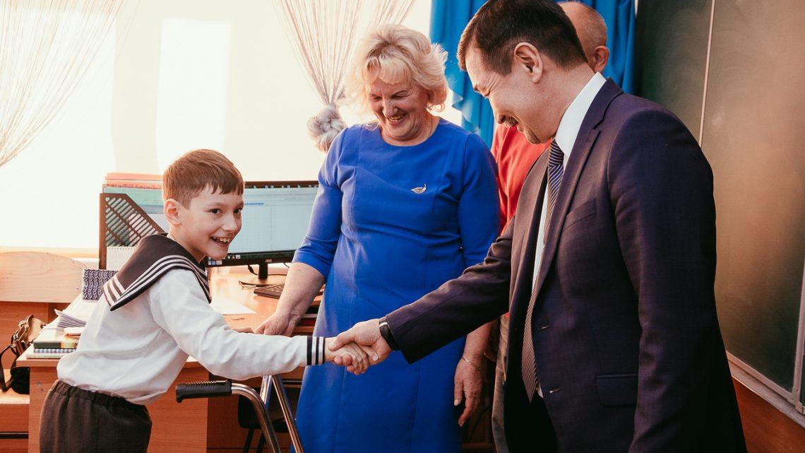 Правительство Республики Алтай подарило школьнику активную коляску и ходунки