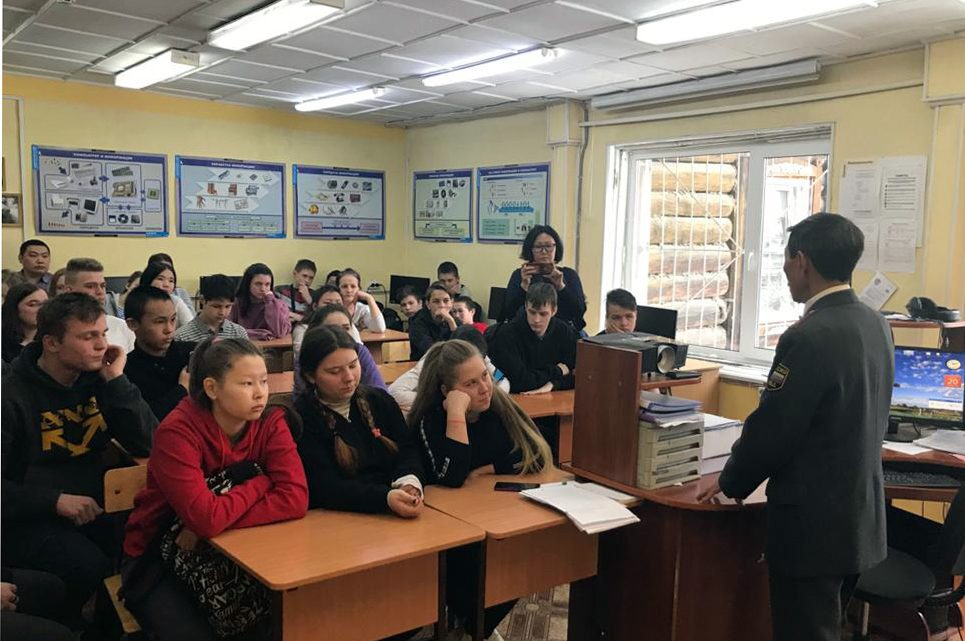 Росгвардейцы Республики Алтай в рамках патриотической акции «Неделя мужества» встретились с учащимися школы города