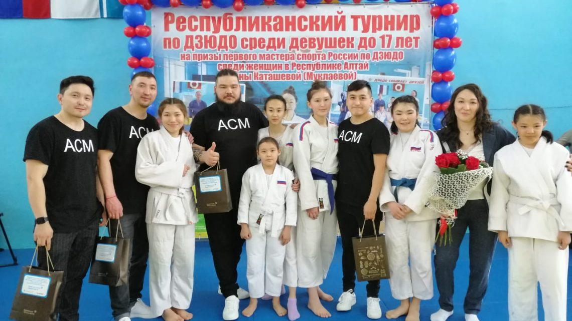 В Горно-Алтайске проходит девичий турнир по дзюдо