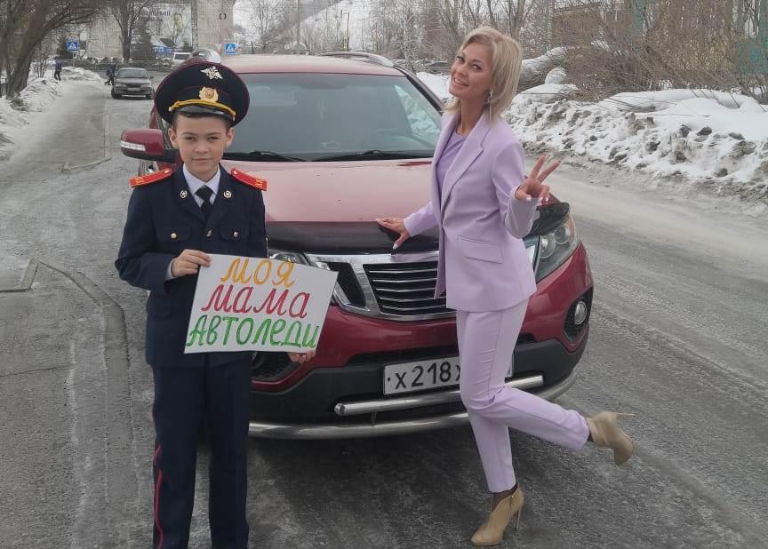 В Республике Алтай автоинспекторы и дети провели акцию «Моя мама — Автоледи»