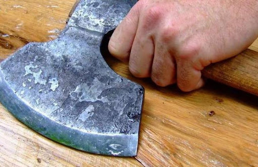 Ревнивец с топором. В Республике Алтай мужчина избил сожительницу и угрожал лишить жизни